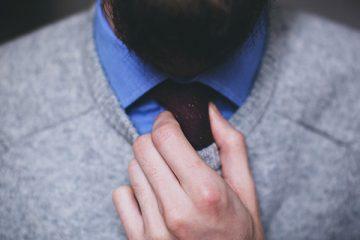 Mann mit Pullover, Hemd und Krawatte mit Bart - CEO