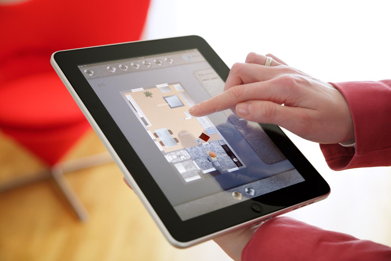 Per Tablet lassen sich alle Bereiche des Smart Homes ansteuern (Foto © krischerfotografie / Fraunhofer-inHaus)