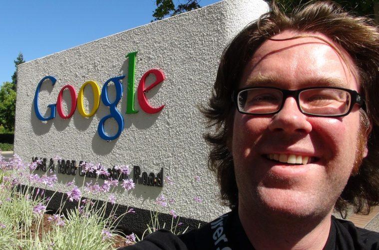 Der Autor Alex Kahl vorm Google-Firmenschild während seiner Silicon Valley Reise