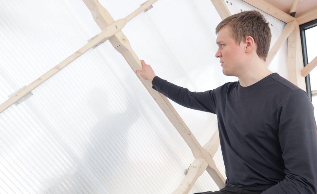 Brendan von TechTinyHouse erklärt das selbstentwickelte Ständerwerk