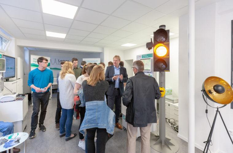 Der Projektleiter von Lemgo Digital, Jens-Peter Seick (2.v.r.), erläutert interessierten Bürgerinnen und Bürgern die Impulsprojekte von Lemgo Digital. Anfag Mai 2018 wurde das Fraunhofer Test- und Mitmachlabor in der Mittelstraße 62 eröffnet.