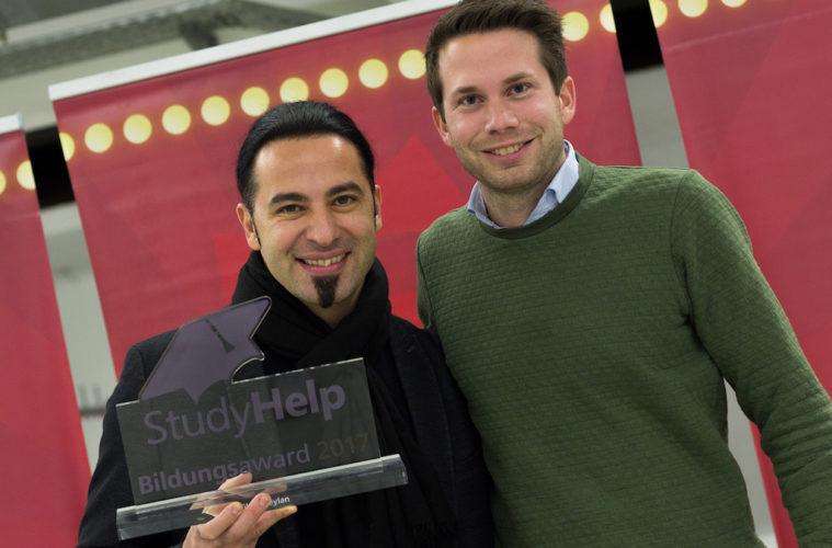 StudyHelp Daniel Weiner ueberreicht Bildungsawrd an Bülent Ceylan vor Lassmalache